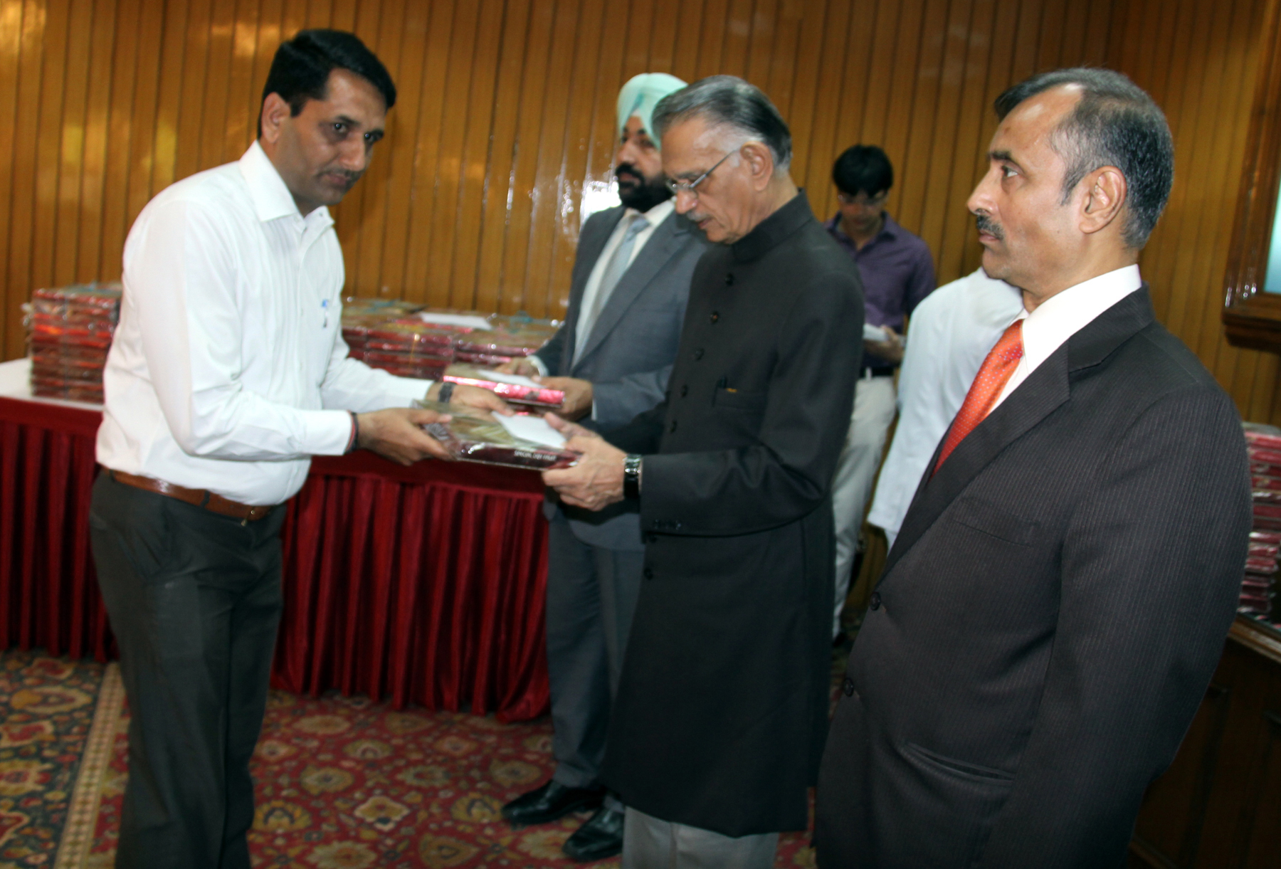 The Punjab Governor and Administrator, U.T., Chandigarh, Mr. Shivraj V. Patil distributing sweets to staff on the occasion of Diwali at  Punjab Raj Bhavan on 22.10.2014.