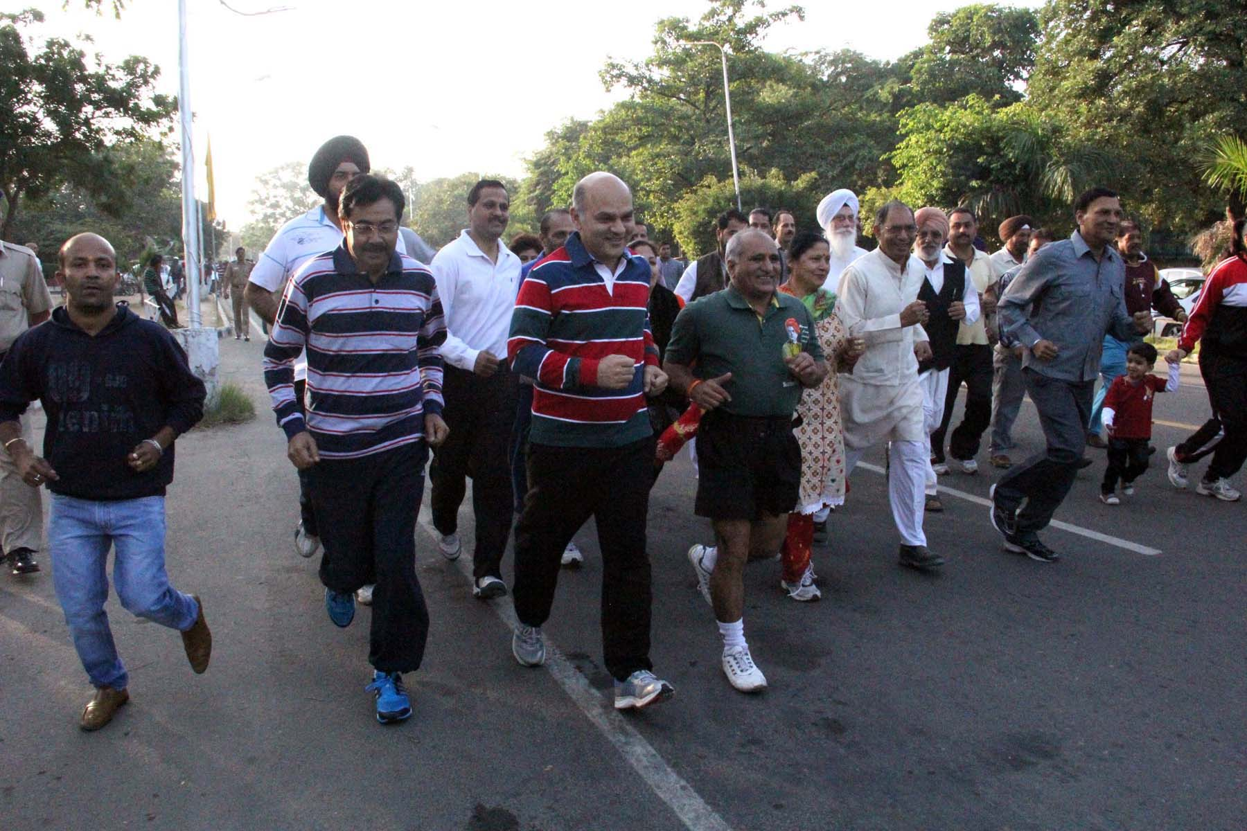 The Adviser to the Administrator, UT, Chandigarh, Mr. K.K. Sharma, UT Home Secretary, Mr. Anil Kumar and others participating in the �RUN FOR UNITY� on the occasion of Rashtriya Ekta Diwas at Sukhan Lake, Chandigarh on Friday, October 31, 2014.