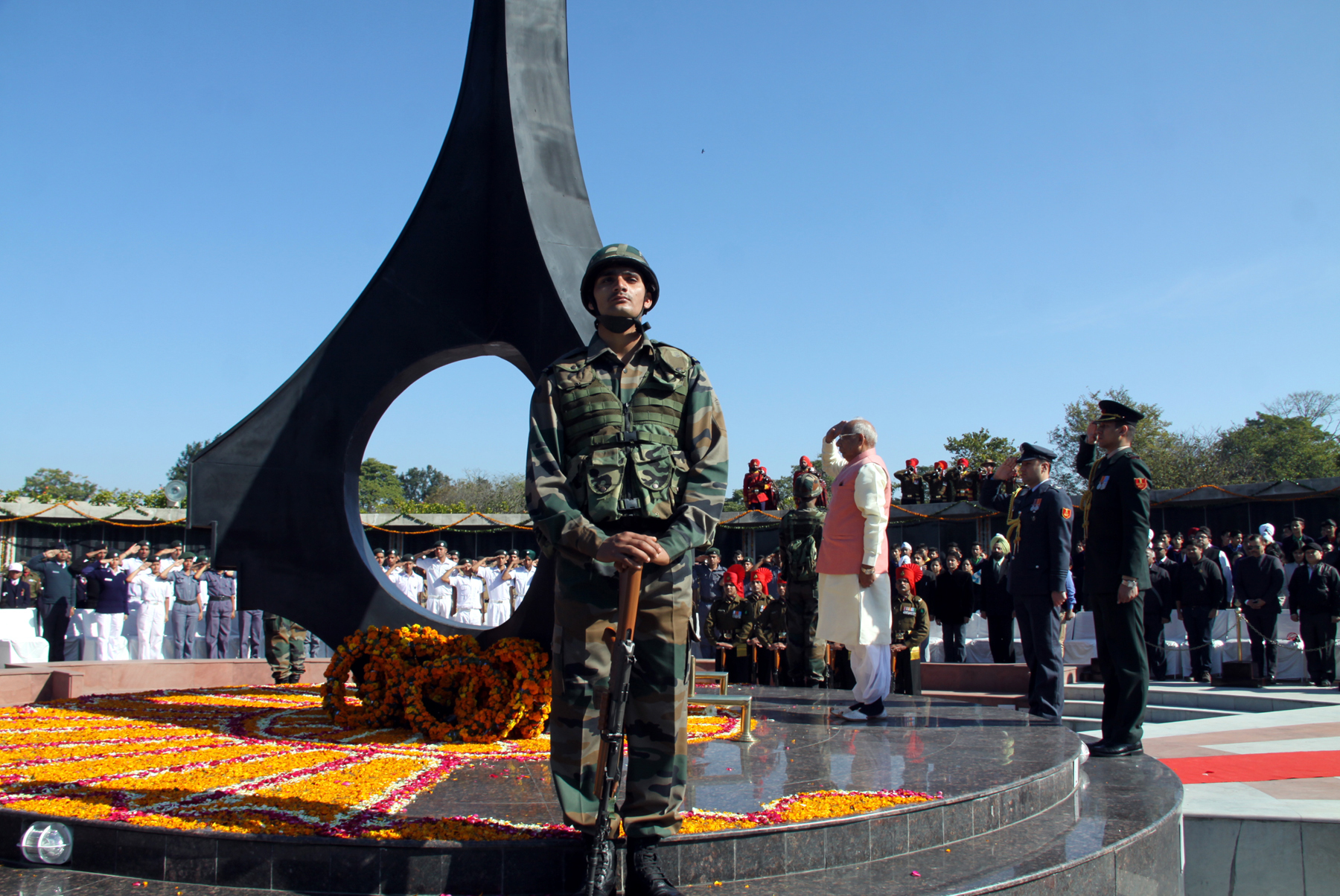 The Governor of Punjab and Haryana & Administrator, Union Territory, Chandigarh, Prof. Kaptan Singh Solanki, saluting at Chandigarh War Memorial to pay homage to the martyrs after placing the wreath at Chandigarh on 30.01.2015.