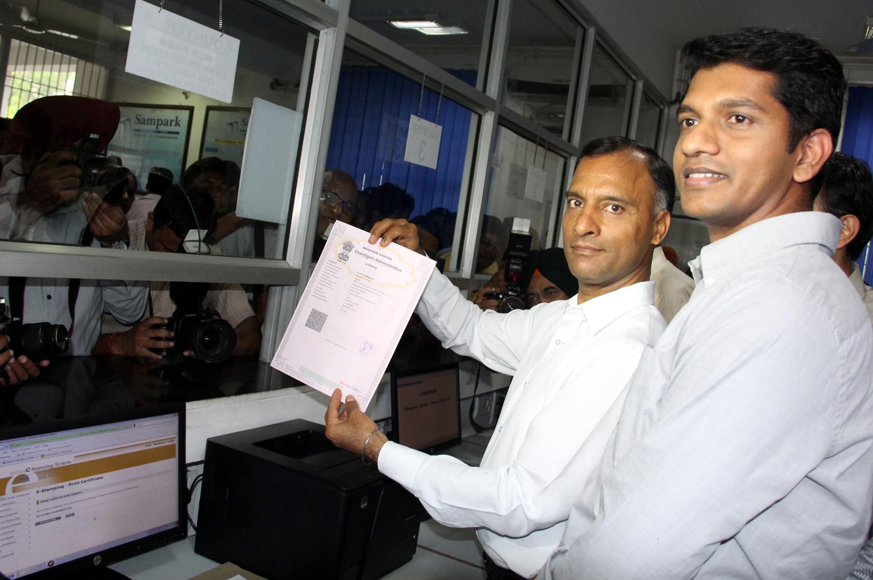 The Adviser to the Administrator, UT, Chandigarh, Mr. Vijay Dev launching e-stamping at Sampark Centre, Sector-21, Chandigarh on Thursday, July 02, 2015.  l