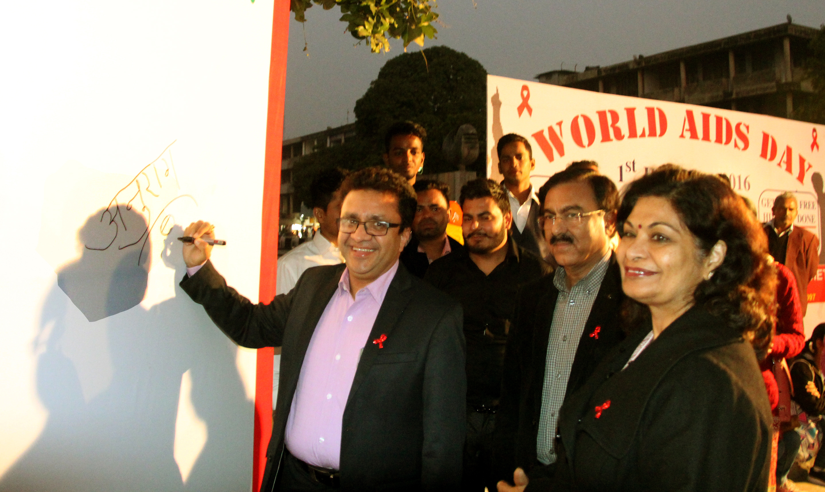 UT Home Secretary, Shri Anurag Agarwal inaugurating the  Singning Campain at World Aids day  Function at Plaza Sector 17  Chandigarh on Thursday December 1, 2016.
